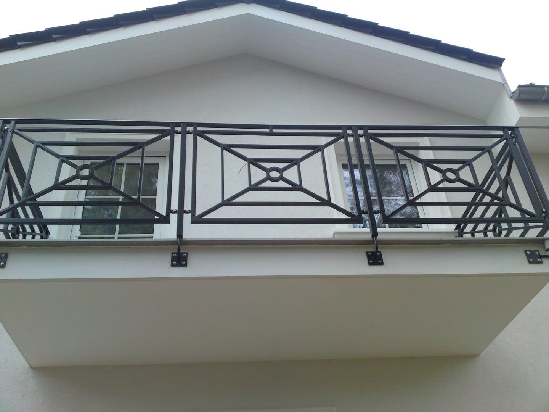 Dekorierte schwarze Balkonbrüstung des Balkons im ersten Stock