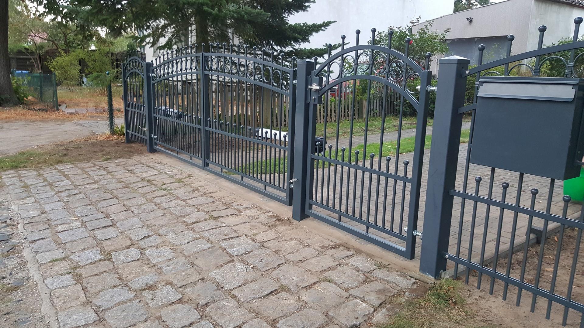 Schwarz Schön dekorierte Pforte, Tor und Zaun des Grundstücks