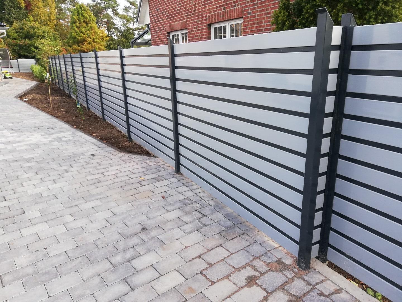 Ein sicherer silberner Zaun um das Grundstück zum Schutz vor Spähern