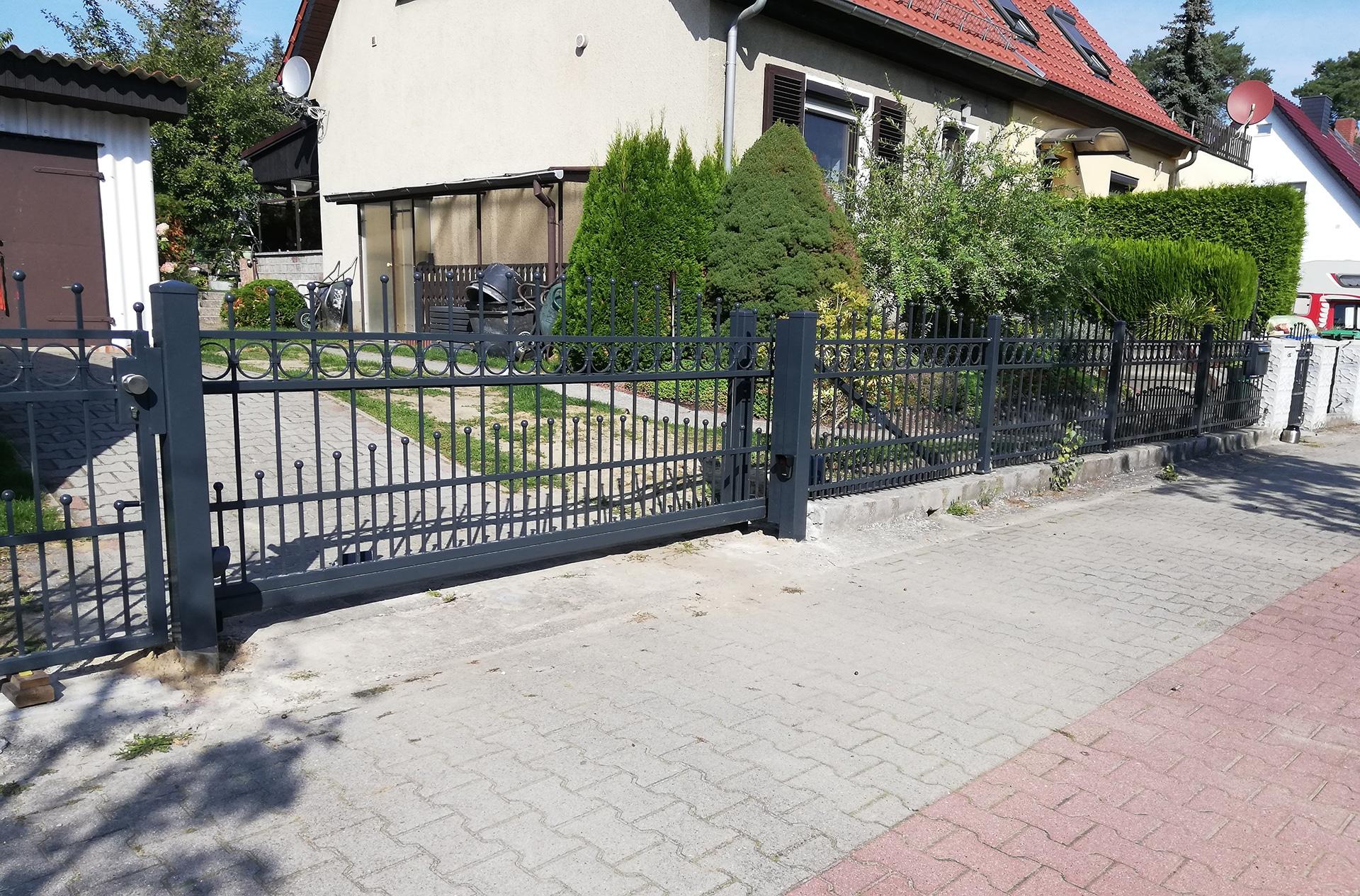 Schöner neuer Zaun um das Haus mit einem automatischen Tor