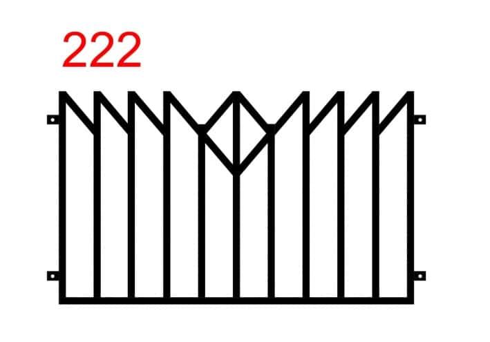 Metallzaun-Design mit einem Muster, das einem gespiegelten Holzzaun ähnelt und einem zusätzlichen minimalistischen Design in der Mitte des Zauns in Form einer Rom