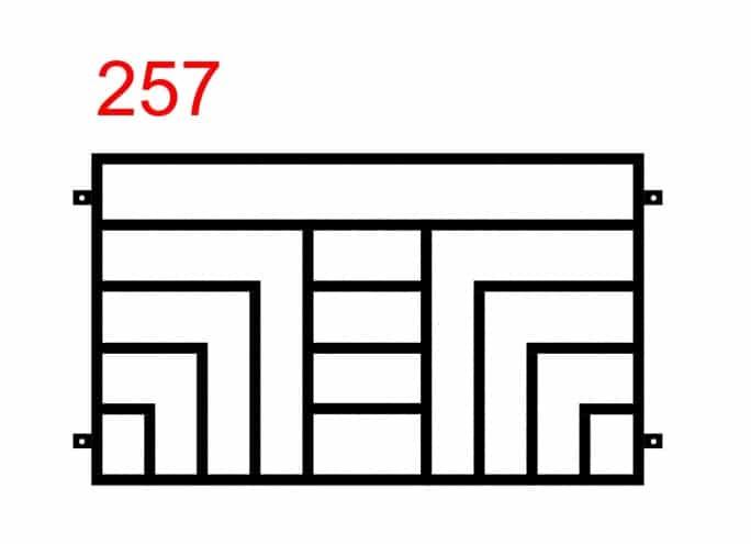 Zaundesign mit speziell angebrachten dreieckigen Stäben mit einem großen Buchstaben T in der Mitte
