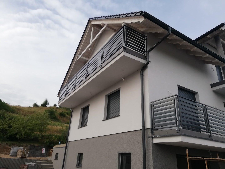 einfaches Stahl-Balkongeländer über Erdgeschoss und ersten Stock installiert