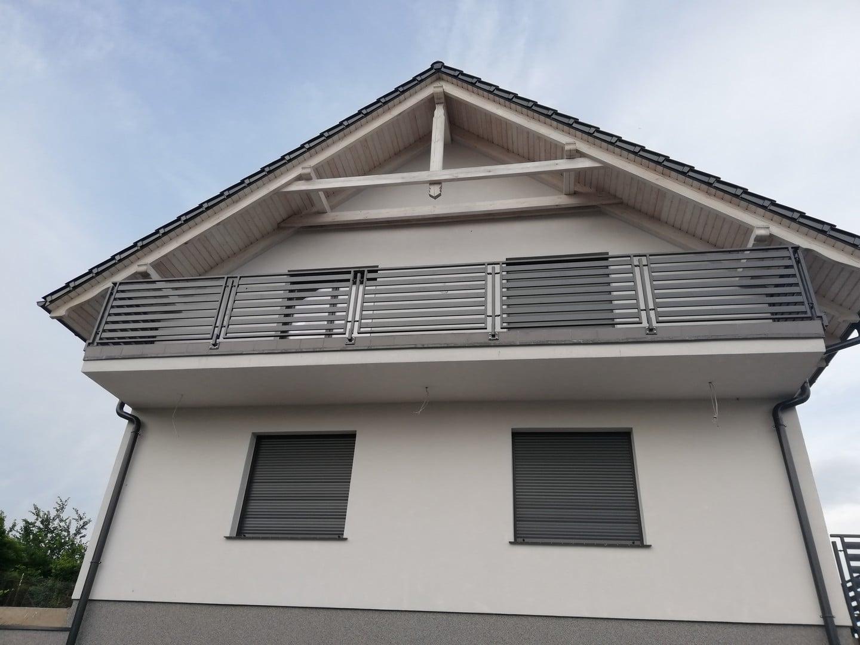 Präsentation der Balkonbrüstung auf dem Balkon, der sich im ersten Stock der Wohnung befindet