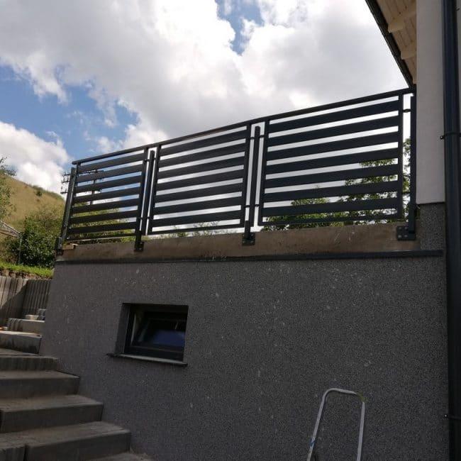 einfaches und funktionales Metallgeländer auf der Veranda montiert