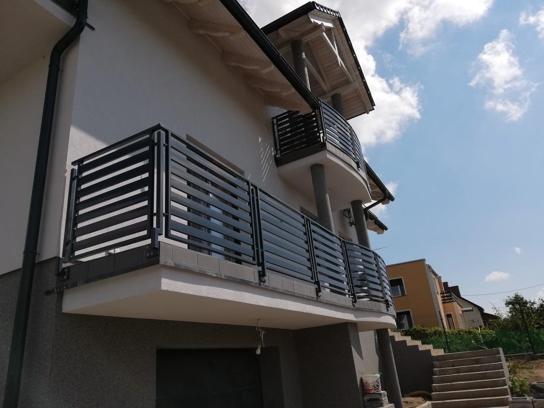 Balkon im Erdgeschoss und im ersten Stock mit neuen Metallgeländern