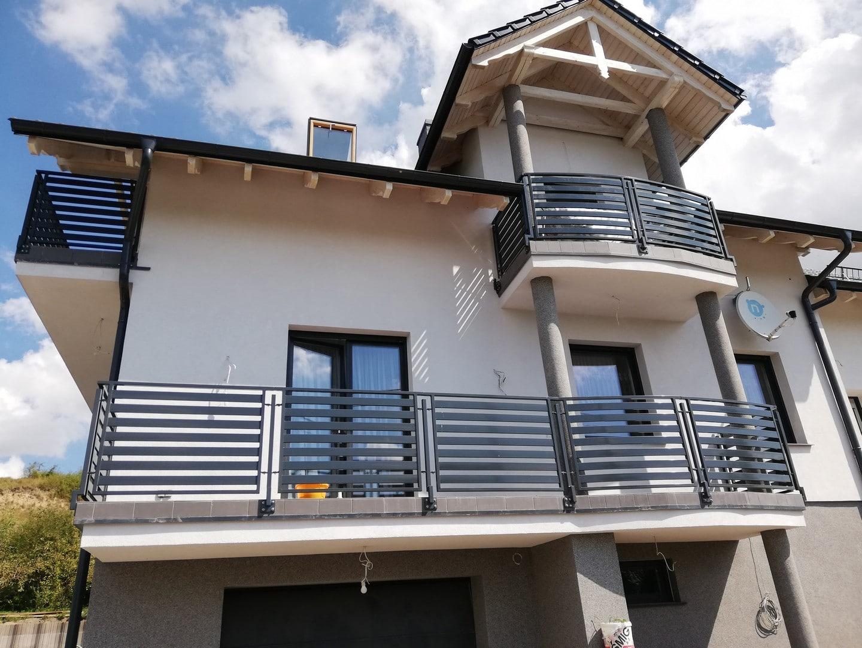 Haus mit schönem neuen Balkongeländer