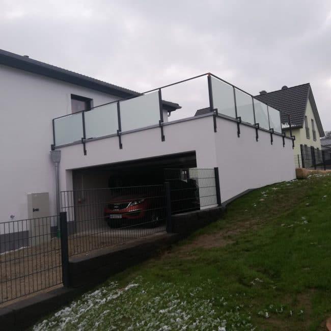 Glasbalustrade auf dem Garagendach von der Vorderseite des Gebäudes