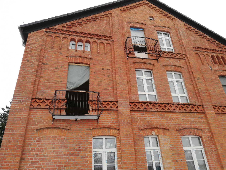 Balkonrahmen mit Balustrade im zweiten und ersten Stock des renovierten Objekts