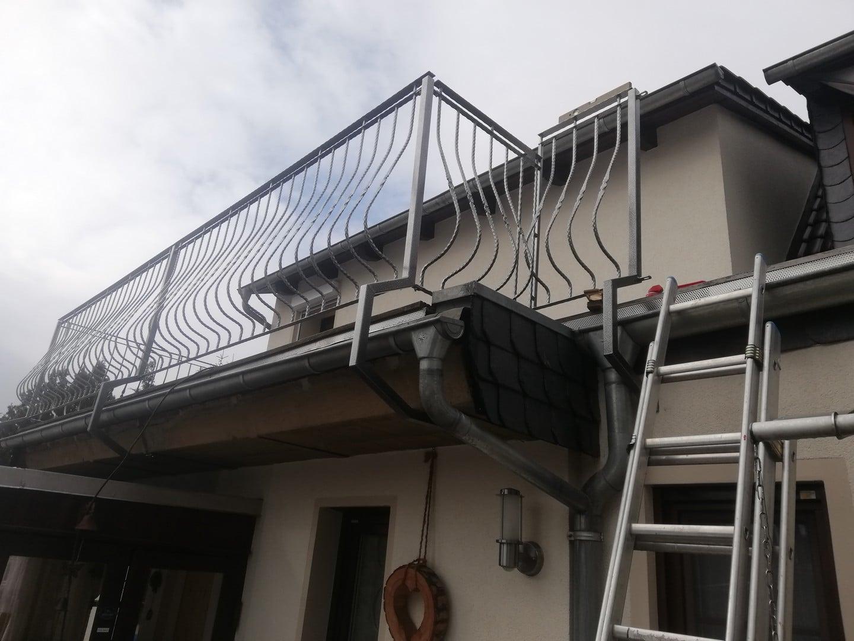 Montage einer Brüstung zum Schutz des Fensters auf dem dac