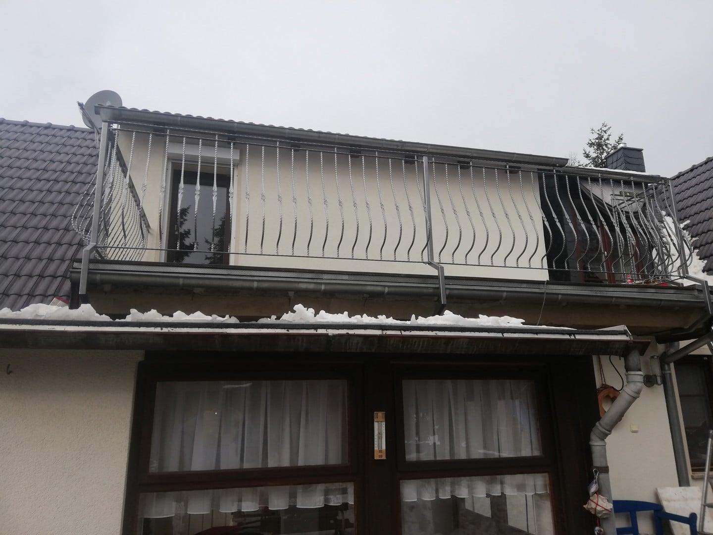 Teil des Balkons mit einem neu installierten Balkongeländer