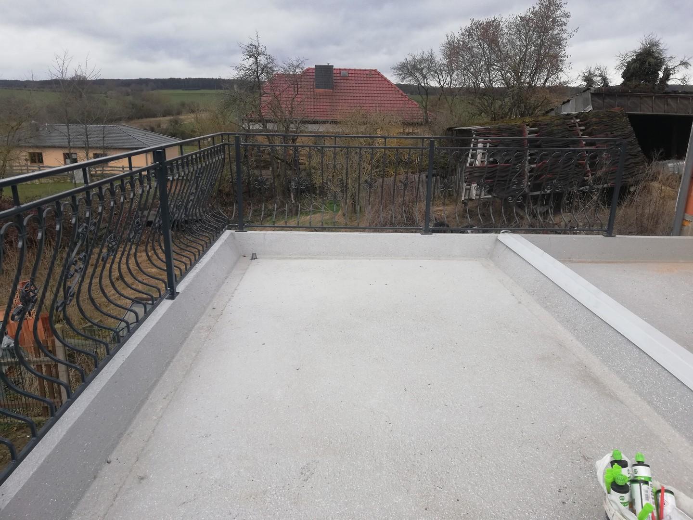 Montage eines neuen Geländers bei der Balkonsanierung