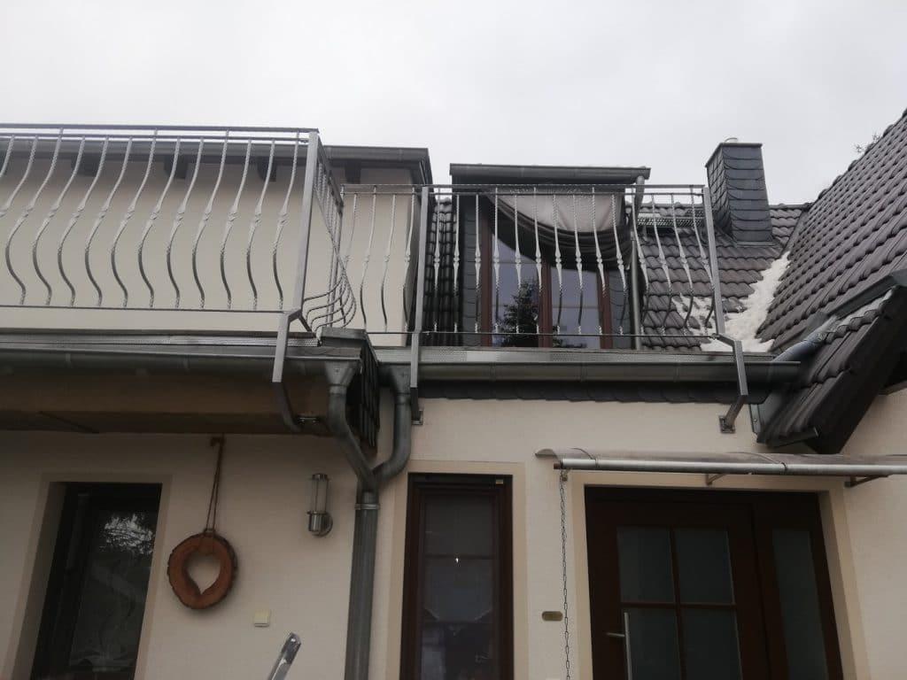 silbernes Balkongeländer zum Schutz des Dachfensters