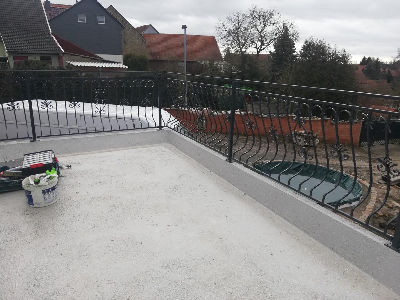 Fertigstellung der Montage des neuen Geländers auf dem renovierten Balkon