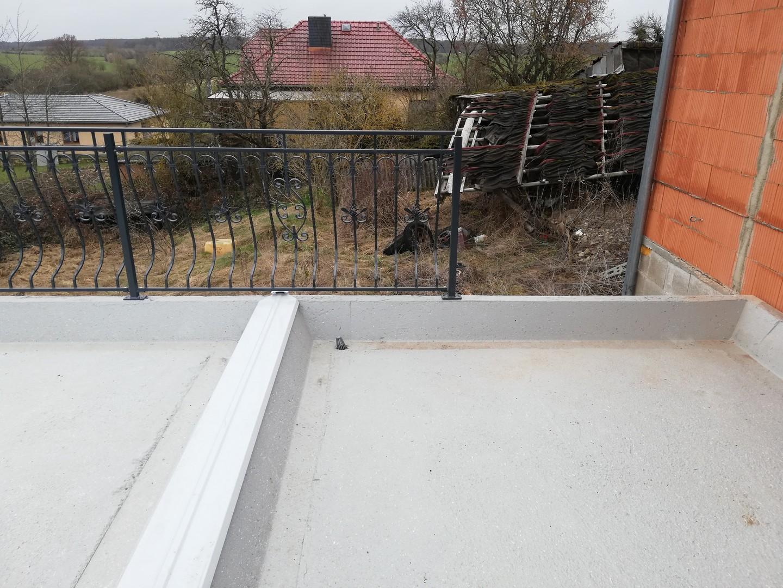 neue Balkonbrüstung auf dem renovierten Balkon