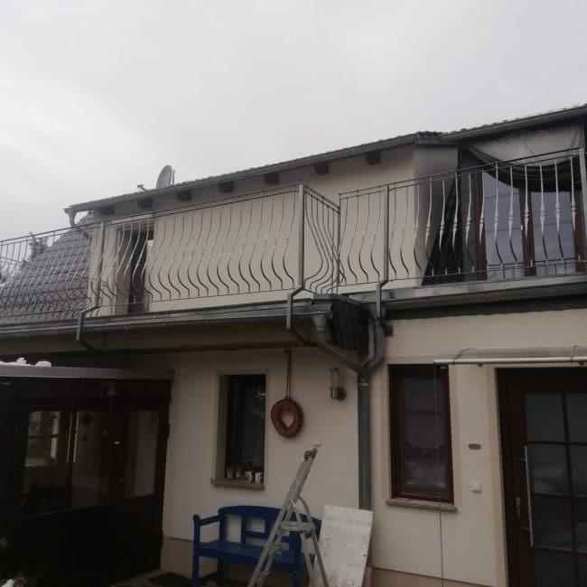 Präsentation des gesamten Balkons mit dem neuen silbernen Balkongeländer nach dessen Montage