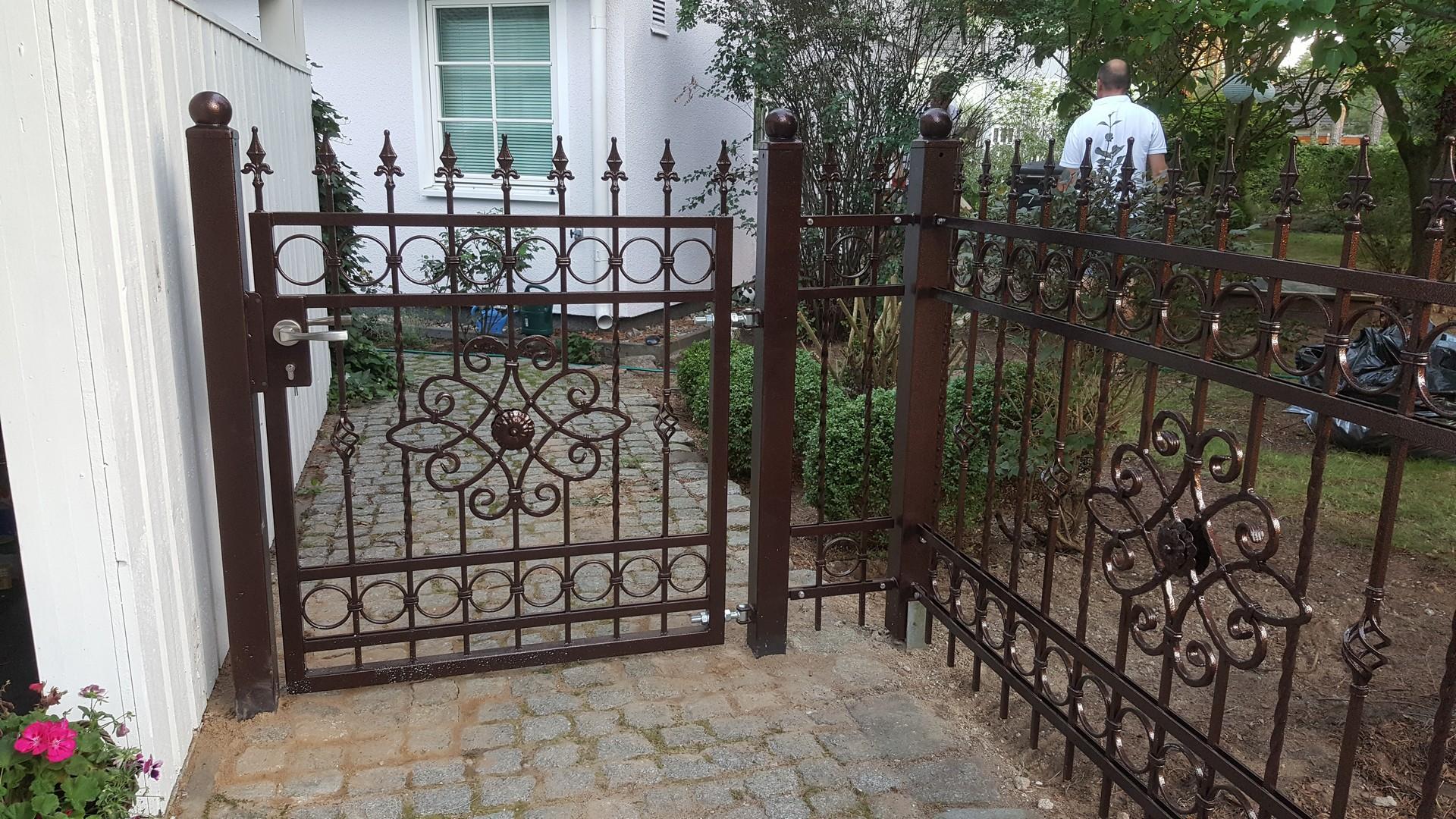 braune Pforte und Zaun mit schönem Blumenmuster in der Mitte