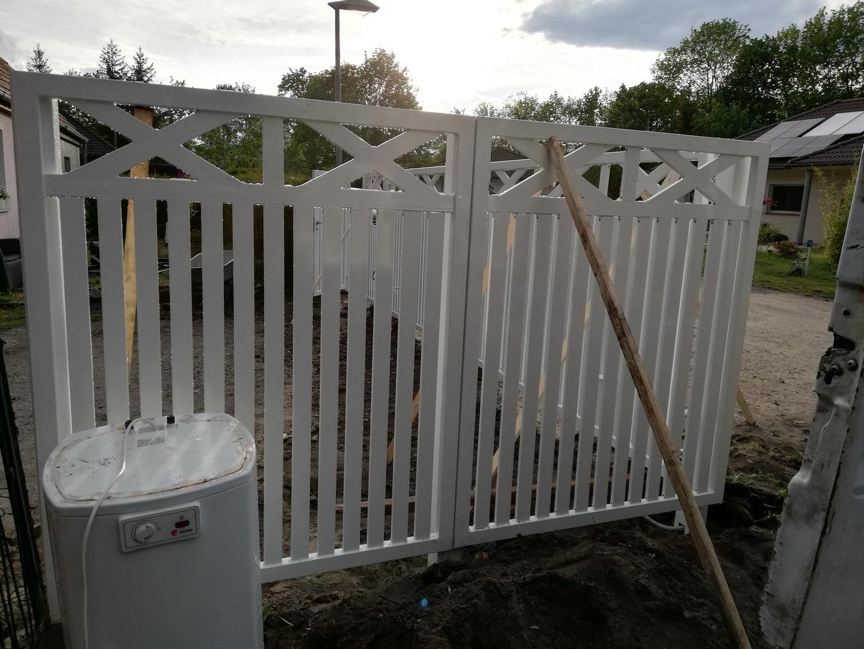 Einbau eines weißen Eingangstors