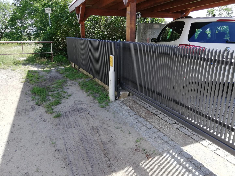 Zaun mit automatischem Eingangstor