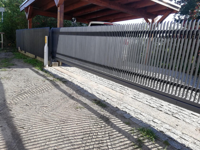 langes schwarzes automatisches Tor vor der Wohnung