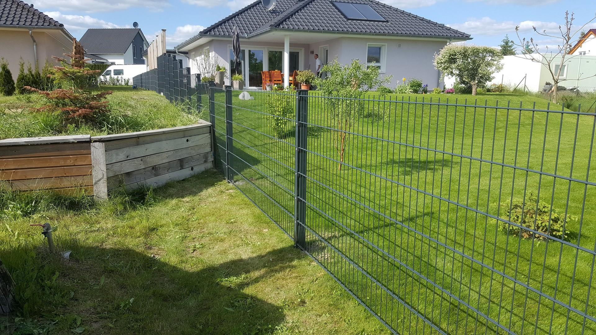 Garten im Hinterhof mit einfachem Doppelstabmattenzaun eingezäunt