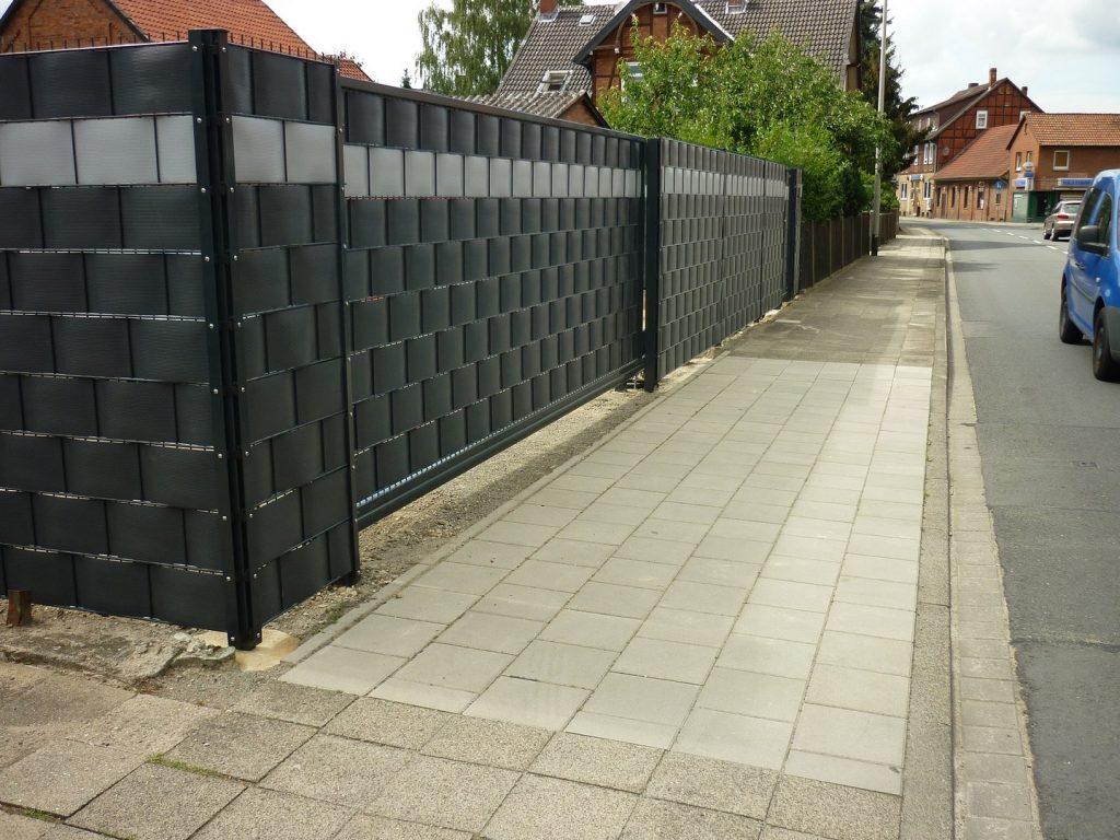 schwarzer Doppelstabmattenzaun mit automatischem Eingangstor
