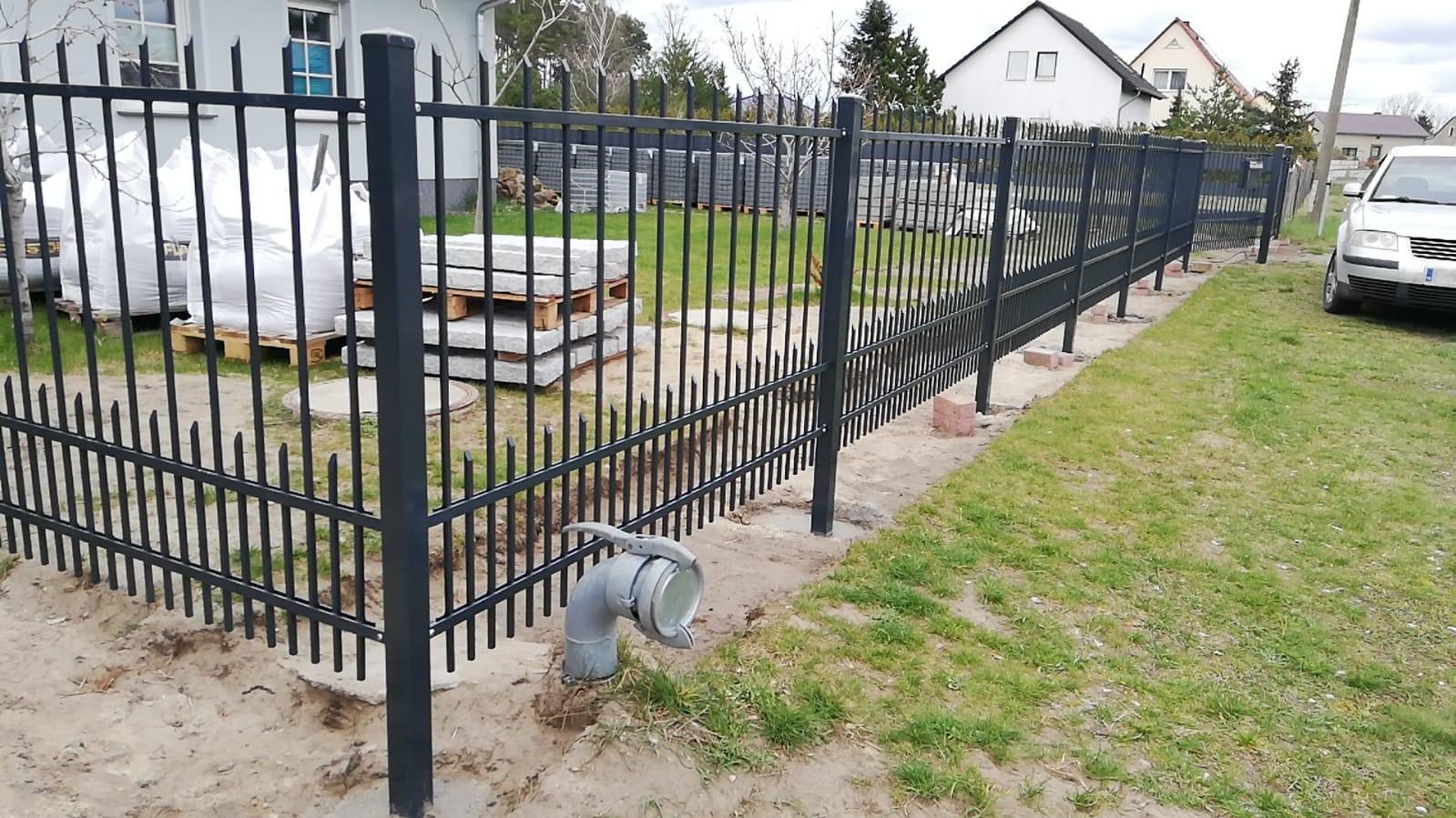Neuer schwarzer Metallzaun zur Umzäunung des Geländes