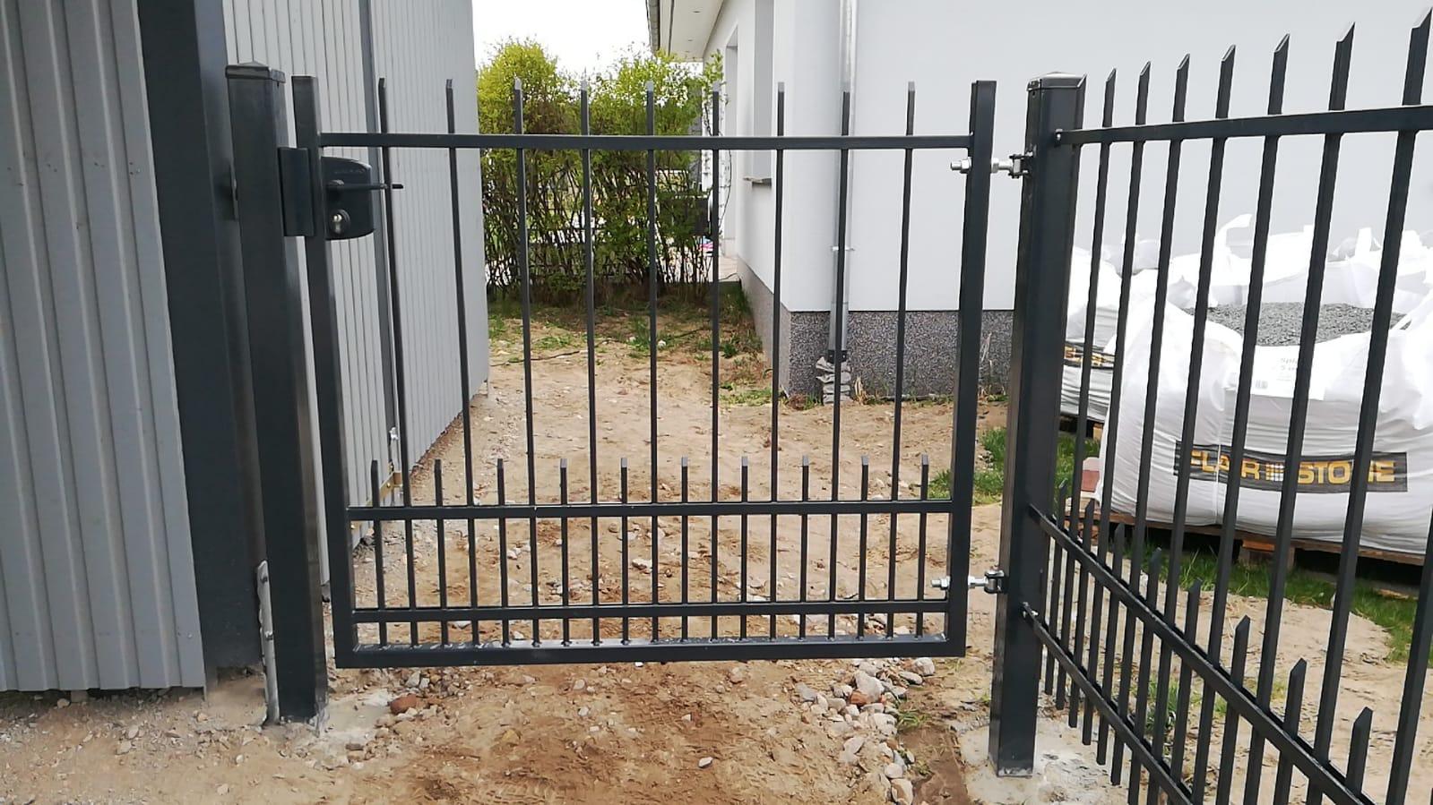einfacher schwarzer Zaun mit schwarzem Pforte