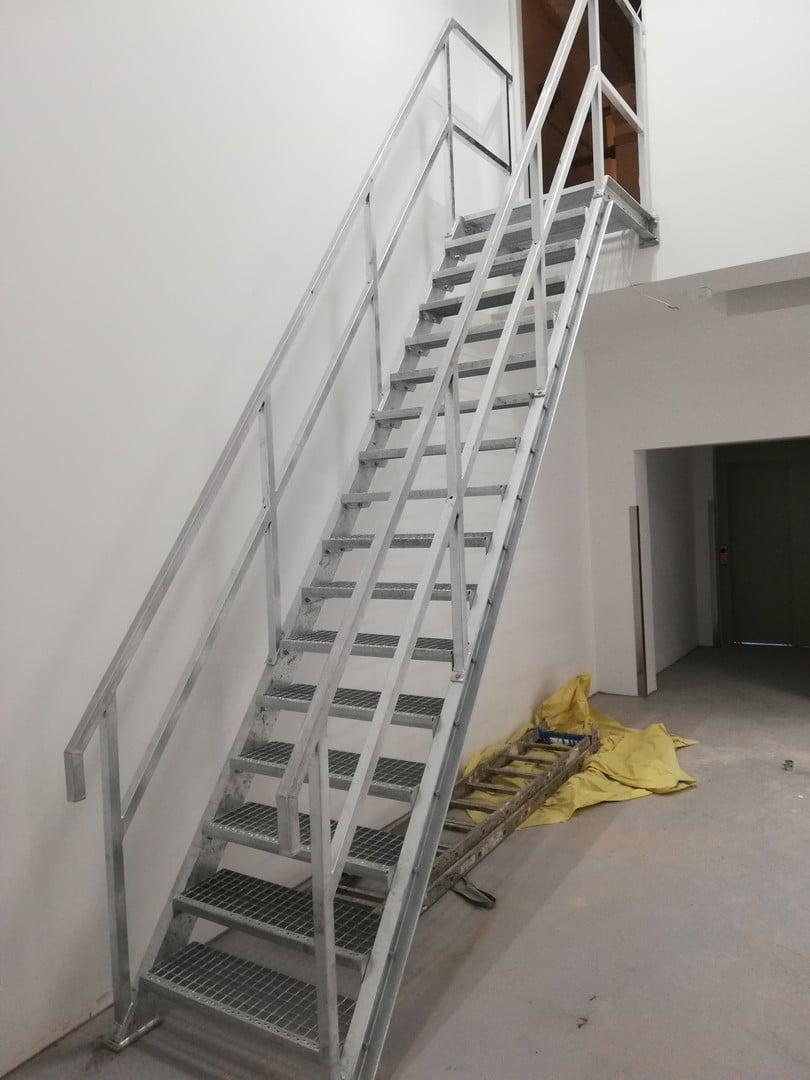 Neue silberne Treppe zum Zugang zur Garage