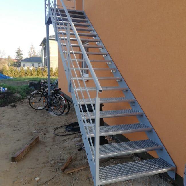Neue silberne Treppe vor dem Haus montiert.