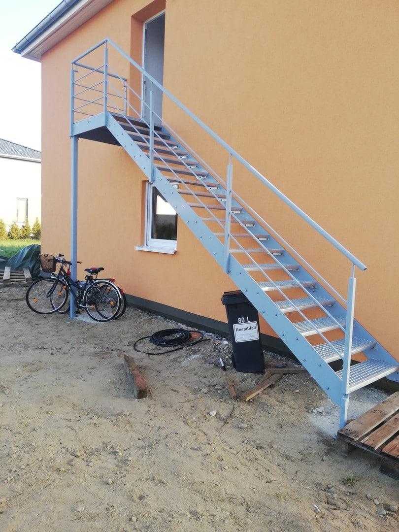 Die neue silberne Treppe vor dem Haus erstrahlt in vollem Glanz