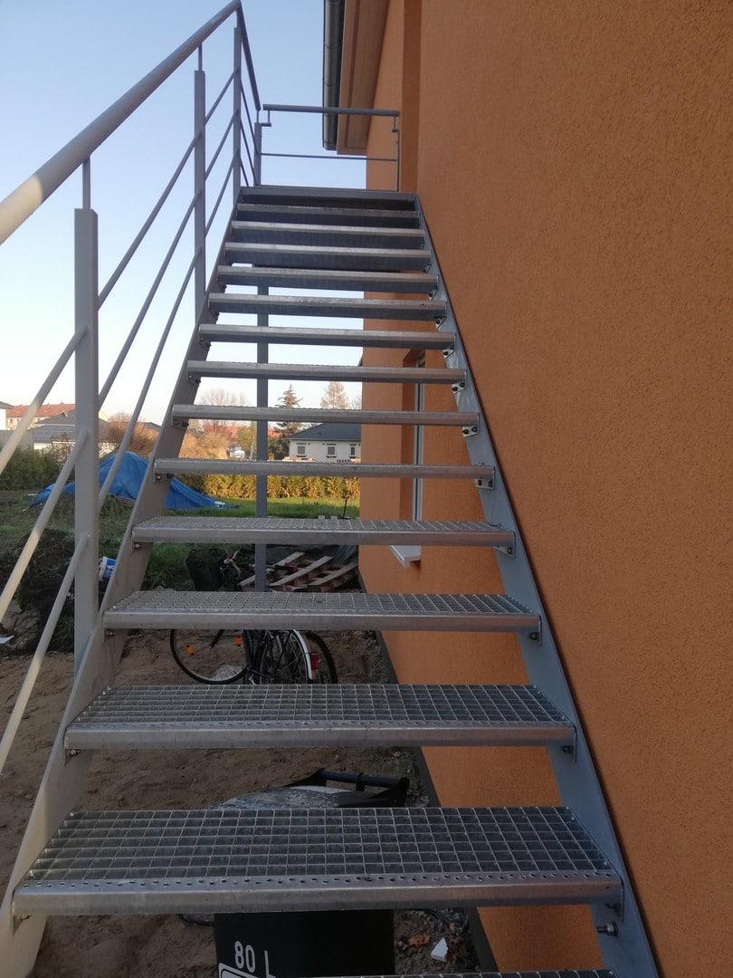 eine neue silberne Treppe, die zum Eingang des Hauses führt