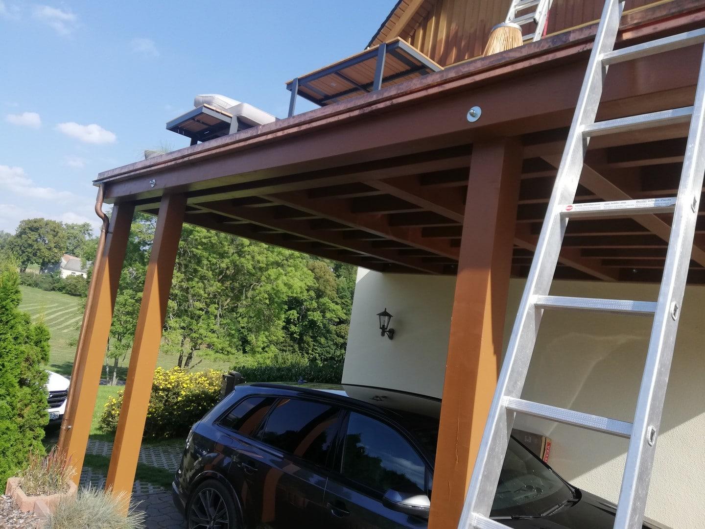 Beginn der Montage einer neuen Balustrade auf der Veranda neben dem Haus