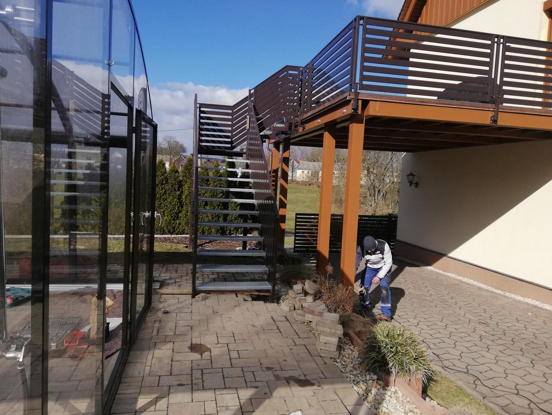 Fertigstellung der Montage des neuen Treppengeländers und des Geländers auf der Veranda