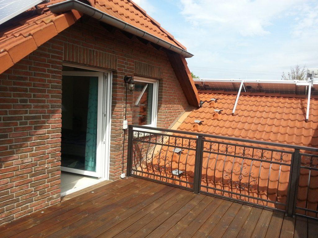 schwarzes Terrasse geländer auf einem Teil des Daches montiert