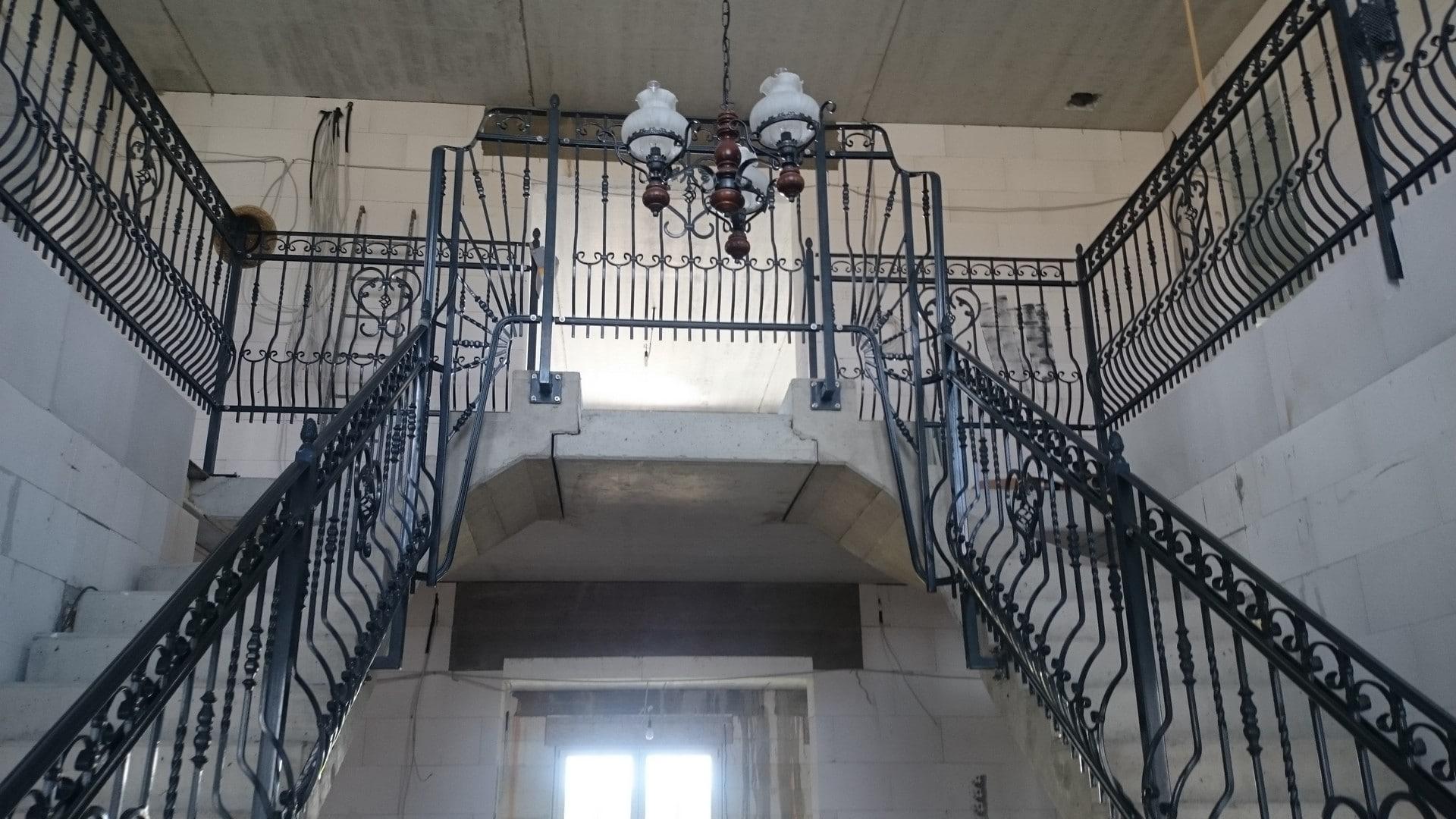 neues Treppengeländer und Balustrade in einem neu errichteten Gebäude
