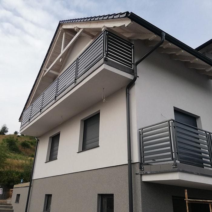 Balkon im Obergeschoss und am Dach mit einer schönen Balustrade