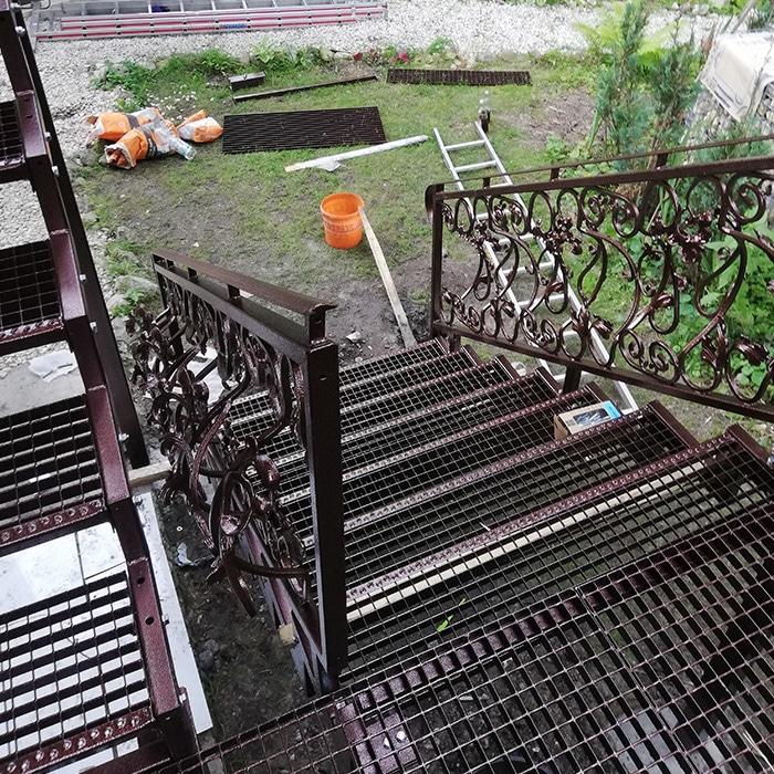 Einbau einer Treppe und eines Terrassengeländers einschließlich Treppen