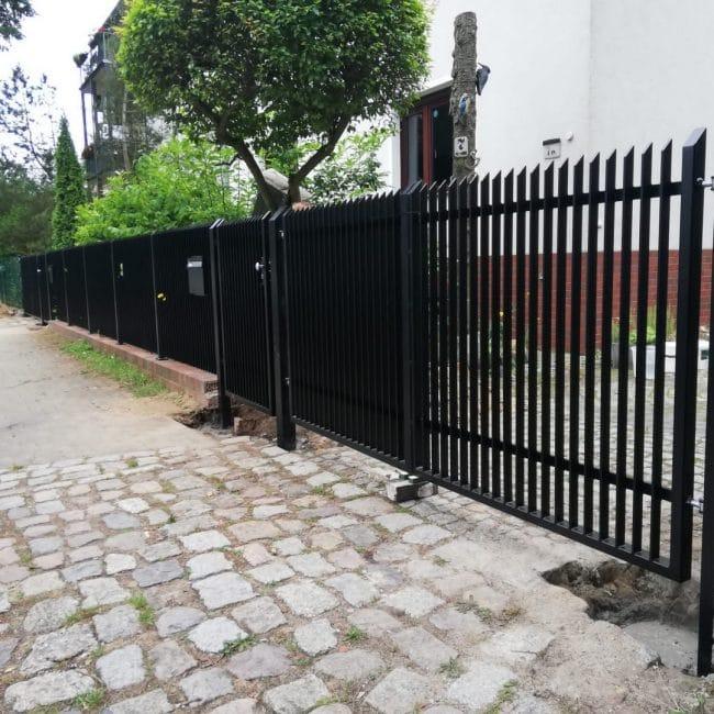 schöner gerader schwarzer Zaun inkl. 2 Eingangstoren und 2 Pforten